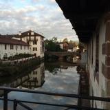 <p>Krydser floden udenfor bymuren i SJPdP</p>