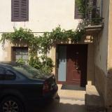 <p>Druer ved at privat hus i Uterga</p>