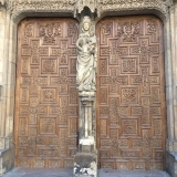 <p>Madonna og Jesus-barn foran Katedralen</p>