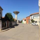 <p>I Villavante, med vandtårnet som mange af byerne har</p>