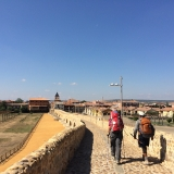 <p>Over den smukke bro ved Hospital de Orbigo. Det er Albert fra Mexico til højre</p>