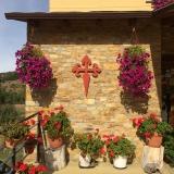<p>Smukke blomster på facaden</p>