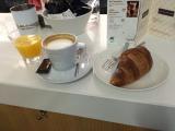 <p>Kaffe, juice og en croissant udgør første morgenmad</p>