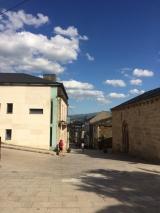<p>Kugned ad gaden i den gamle del af Sarria</p>