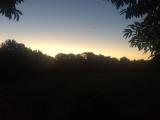 <p>Solen står op bag bakkerne</p>