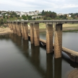 <p>Broen ved Portomarin. Læg mærke til den gamle bro for neden</p>