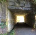 <p>Man må også igennem beton tunneler</p>