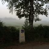 <p>Tågen ligger tæt på markerne</p>