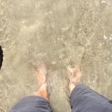 <p>Fødderne i vandet</p>