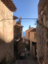 <h5>18</h5><p>A view to the sea through the narrow street of Eze village																																		</p>